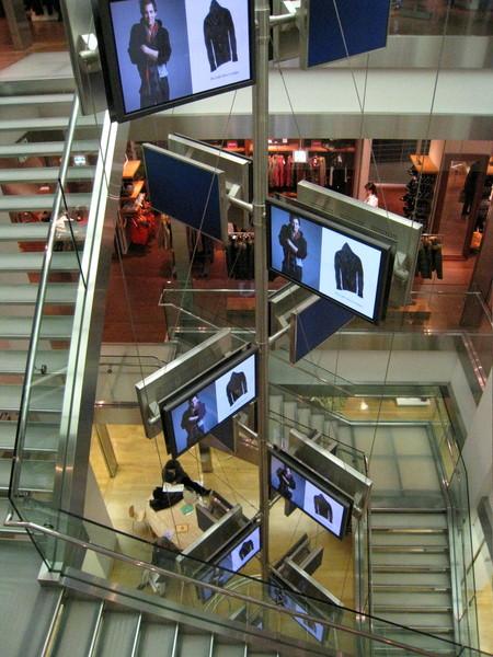 GAP原宿店內採中空迴旋梯設計,還有一串LCD螢幕直通天花板