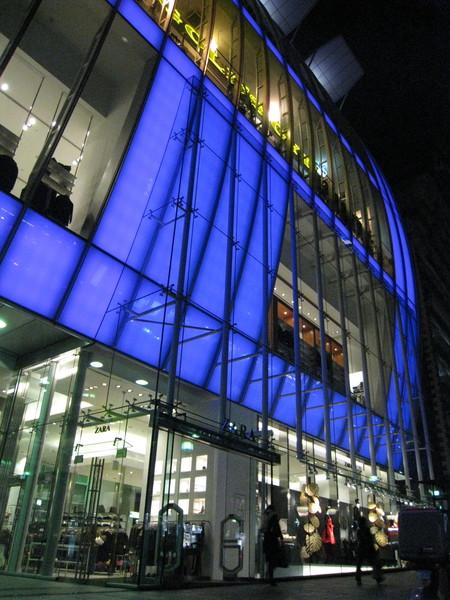 被這種刺眼的藍紫色發光建築吸引
