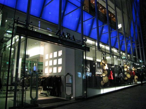 一樓是西班牙平民服飾連鎖品牌Zara
