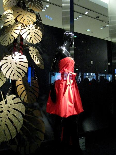 櫥窗的主題是很喜氣的金色和紅色