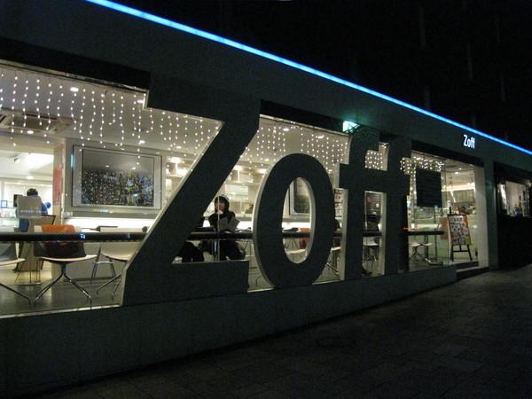 原宿的Zoff是家眼鏡店+咖啡店的複合式商店