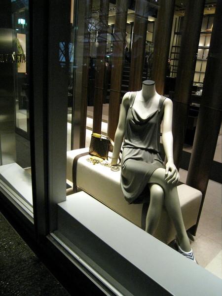 忘了是哪家店,櫥窗裡的模特兒坐姿很撩人