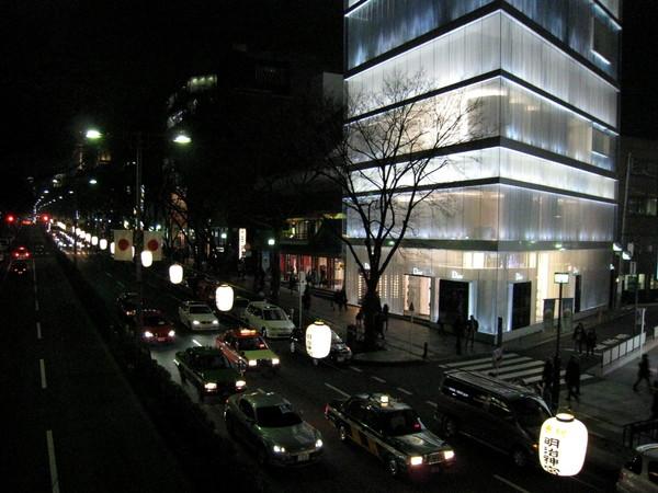 右邊發光的玻璃屋是Dior表參道店