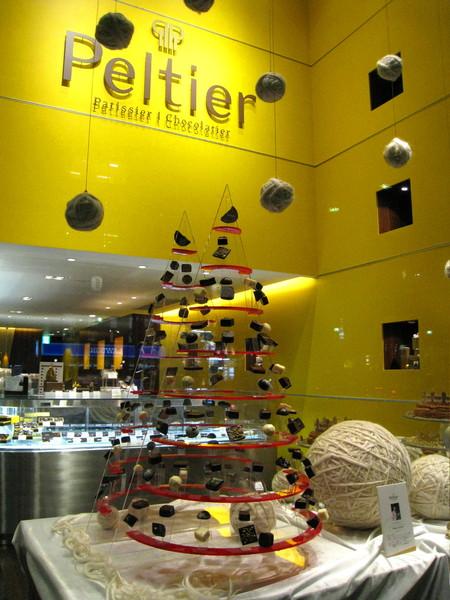 Peltier的櫥窗有座別緻的巧克力塔