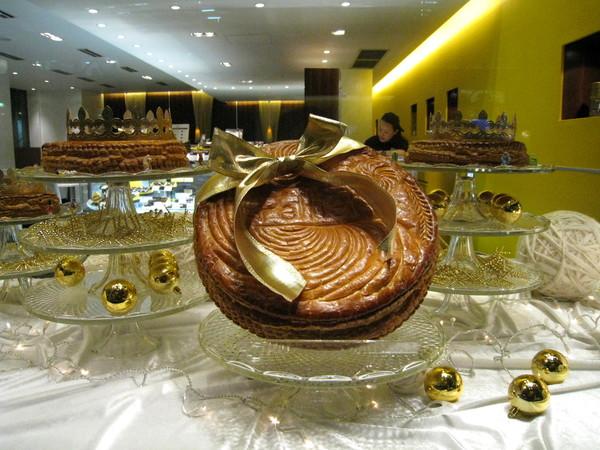 蛋糕看起來好像傳統中式喜餅Orz