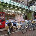 外面停滿顧客腳踏車的藥粧店
