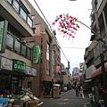 繽紛的花飾反而讓陰天街頭顯得更冷清