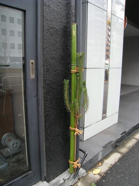 門口空間太狹小的,也有簡易版門松可以綁在門邊