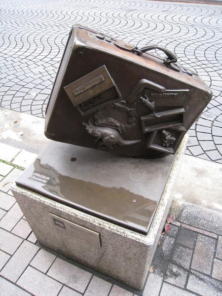 由麻布十番附近各國使館捐贈的公共藝術之一。澳洲作品「Package Deal」