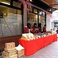 在店外擺攤賣起過年要吃的蕎麥麵