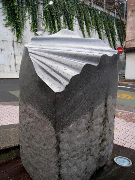 「布」(Nuno)以兩件雕塑為一組,這是不遠處的另一半