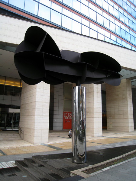 五十嵐威暢的另一件作品「雲」(Kumo),是座大型雕塑