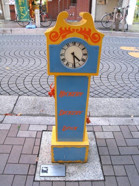 和平時鐘與其他各國捐贈的雕塑不太一樣,質感很像塑膠