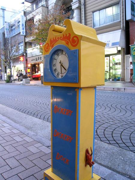 時鐘兩側各有一隻小老鼠攀爬