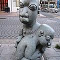 這座雕塑在麻布十番站4號出口旁,經常被腳踏車淹沒
