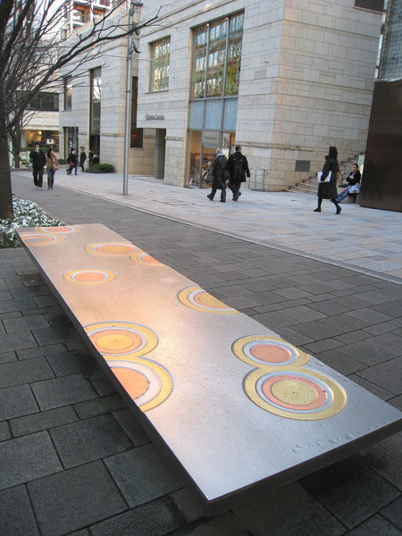 伊東豊雄的「波紋」金屬椅,呈現浮出水面的意象