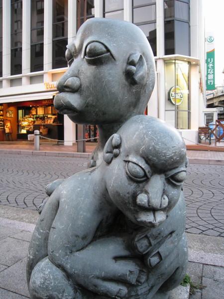 辛巴威作品「父與子」,上下左右找不到作品說明牌