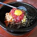 大白的石鍋拌飯,是加了生肉和蛋黃的版本