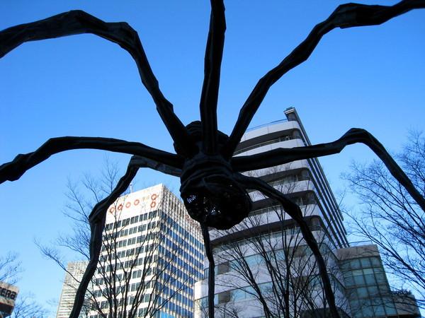 這隻叫Maman的十公尺大蜘蛛,肚子裡有20顆大理石蛋
