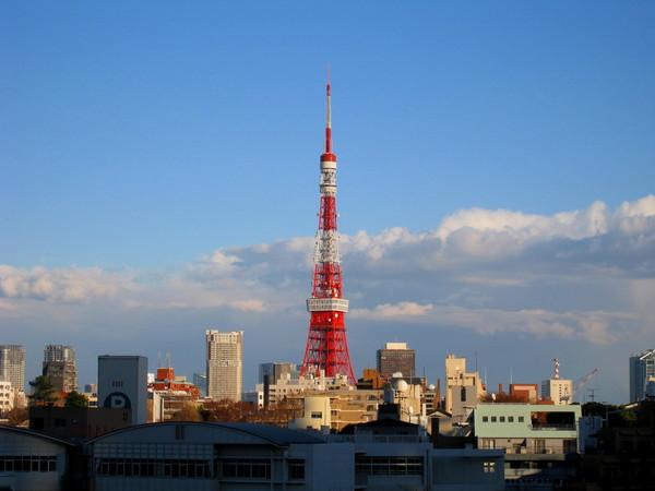 天色漸漸晴朗,從六本木丘遙望東京鐵塔也很清楚