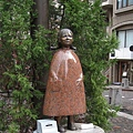 「紅鞋女孩」小雕像,雖是麻布十番的地標,不注意很容易錯過