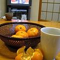 用畢晚餐,全家一起坐在榻榻米上吃橘子喝茶看紅白歌合戰