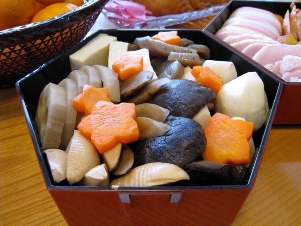 日本的正月料理色澤鮮美,但幾乎全是冷食,台灣人恐怕吃不慣