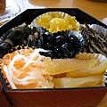 黑豆、海帶、小魚、魚子、甜栗子、蘿蔔等漬物