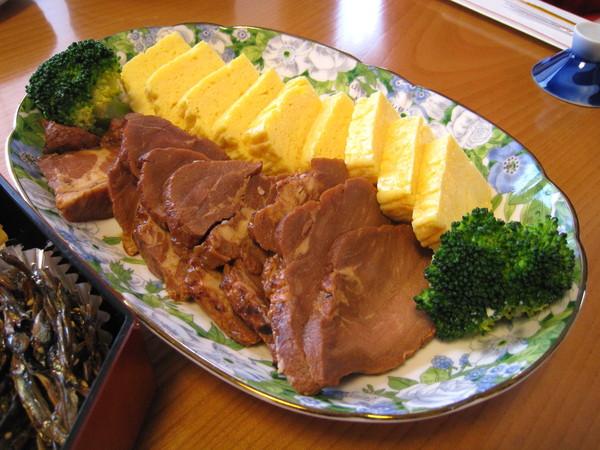 特別為大白準備的煎蛋捲和叉燒肉,也是冷的