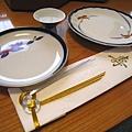 因為是元旦,連碗盤和筷套都用得很講究