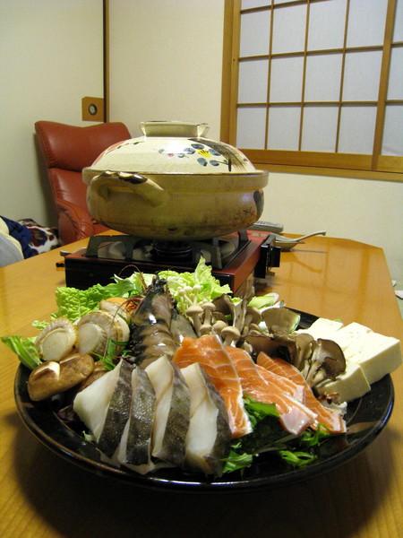 火鍋也是在榻榻米客廳吃,大白家的正常餐桌通常沒人使用