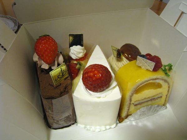 吃到快撐死,還有甜點店買回的蛋糕當餐後甜點