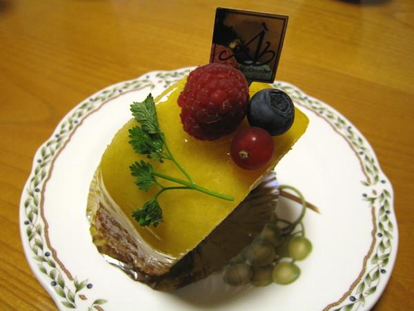 杏桃幕絲蛋糕綿綿軟軟,內餡包了一大塊杏桃