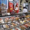 展示櫃裡滿滿的剛出爐蛋糕,客人也很多,生意挺好