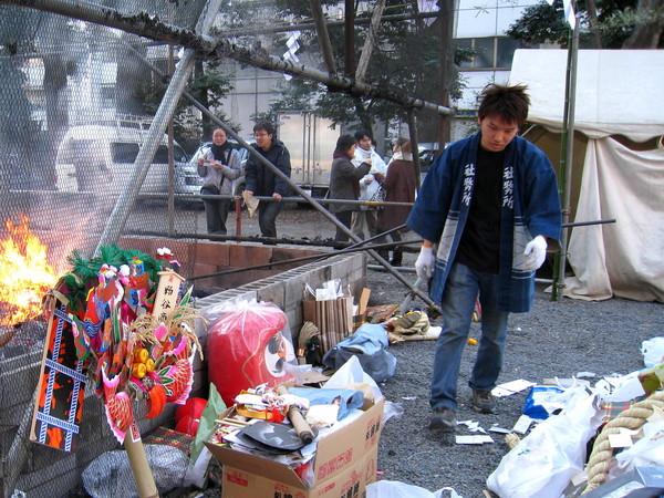 日本人認為祈福解厄用品,例如破魔矢和御守,不可隨意丟棄