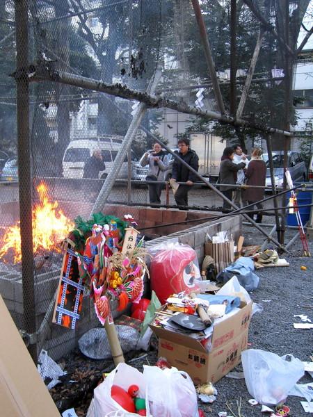 這些曾經帶給人們幸福的物品,要交給神社焚化表示虔敬