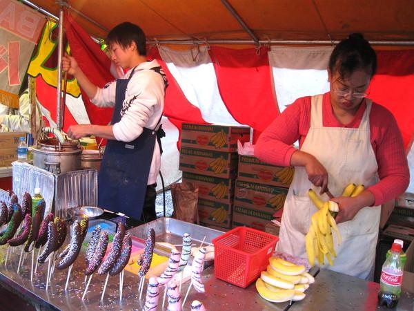 賣巧克力香蕉的攤位,近年好像很流行,沿路至少有十攤