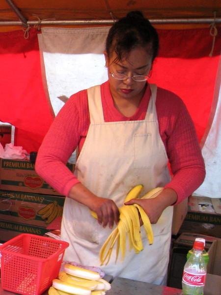 老闆娘好像不太開心,把怨氣發在香蕉上