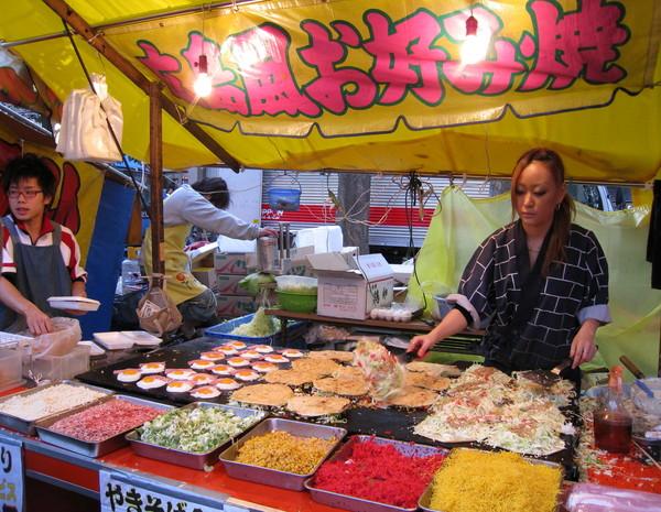 賣廣島燒的美眉架式十足