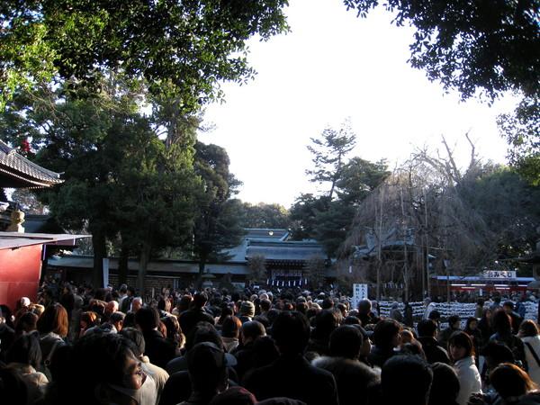 排隊約四十五分鐘後,終於得以稍微接近大國魂神社