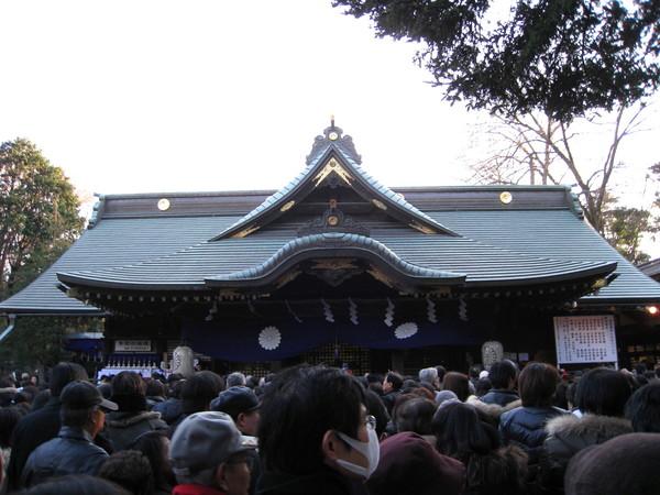 終於看見神社正殿,口罩老兄一路走來如影隨形