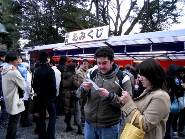 日文說得很溜的老外先生表情很樂,應該拿到支好籤吧