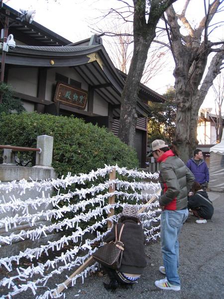 信徒喜歡將籤結在樹上,但近年來為避免傷害樹木,神社多半都設籤架