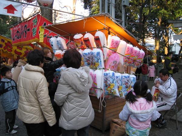 棉花糖攤位前擠滿望眼欲穿的小朋友和辛苦的媽媽