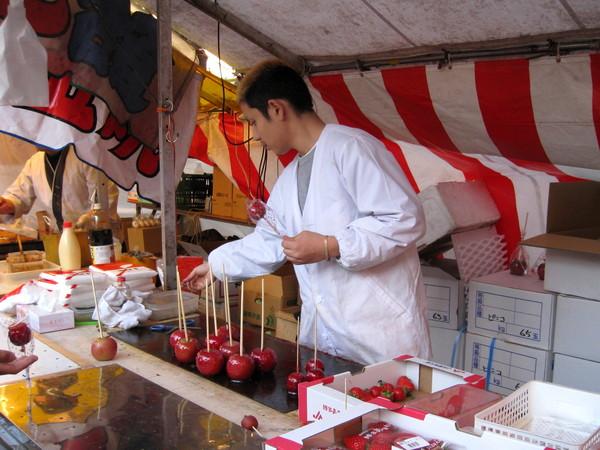 糖葫蘆攤,有賣大顆的糖漬蘋果