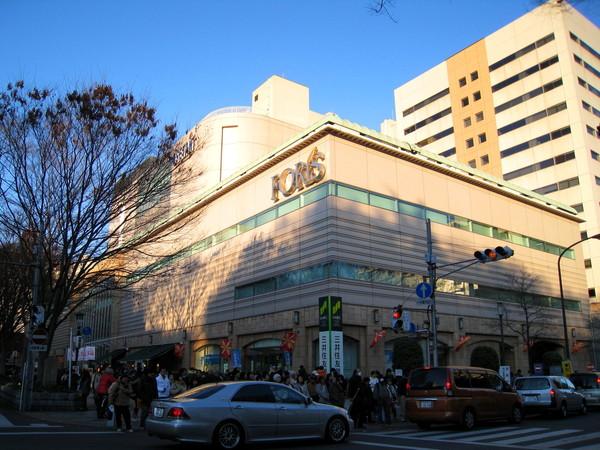 大國魂神社對街是百貨公司