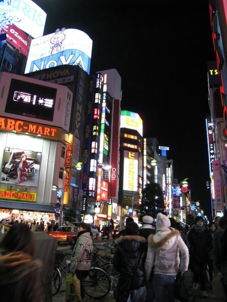 新宿街頭永遠都是燈火通明人擠人