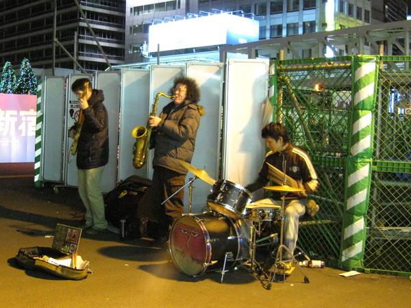 新宿車站附近的街頭藝人,可惜拍糊了