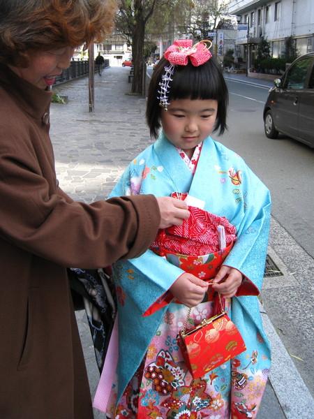 我們問「可以拍照嗎?」,阿嬤立刻開心地幫小女孩整理和服