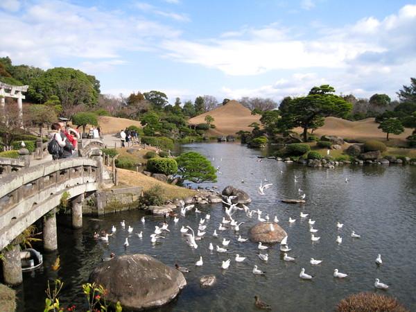 園內風景優雅,為典型桃山風格的純日本風情回游式庭園